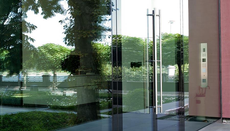 Aluminiumtür – Automatische Ganzglastüranlage – Privathaus Königswinter • Trimborn Metallbau