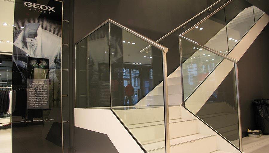 Ganzglasgeländer – Geox Berlin • Trimborn Metallbau