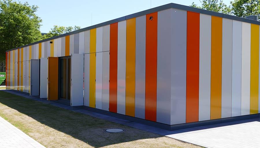 Sonderkonstruktion - Attika- und Fassadenverkleidung aus Aluminiumblechen / Aluminium Faltschiebeläden • Trimborn Metallbau
