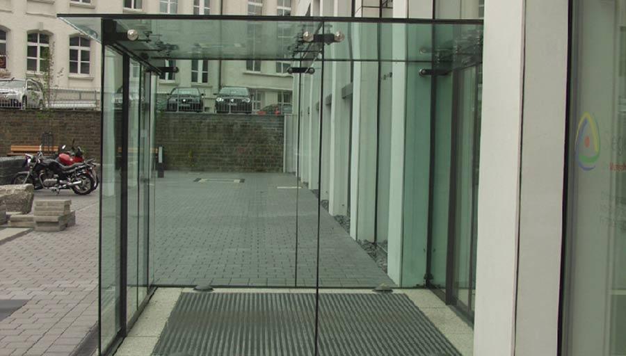Sonderkonstruktion – Ganzglas Windfang – Kreishaus Siegen • Trimborn Metallbau
